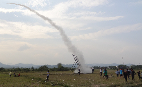 After failing to see a rocket being launched from the village we trekked to Keith finally got to see one the next day whilst out for a bike ride with Garrett & Monika (I was busy blogging). (Photo courtesy of Garrett Bader)