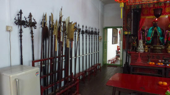 A fine collection of (ceremonial?) spears in this clan-house